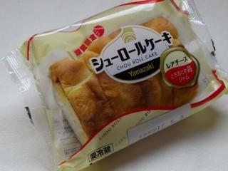 ヤマザキ シューロールケーキ(レアチーズ)とちおとめ苺ジャム(4枚入).jpg