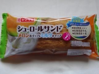 ヤマザキ シューロールサンド(メロンホイップ&ミルクホイップ).jpg