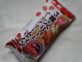 ヤマザキ 3種のベリーとチーズクリームのパン.jpg